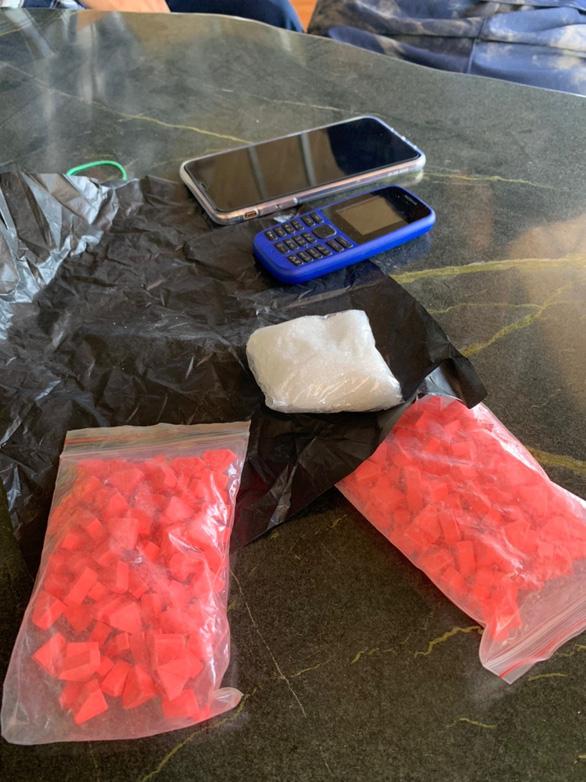 Bắt 2 nghi phạm mua bán ma túy luôn thủ súng quân dụng - Ảnh 4.