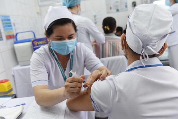 TP.HCM: Đã có gần 711.000 người được tiêm vắc xin trong đợt 4 - Ảnh 1.