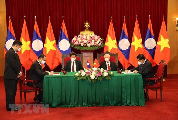 Tổng bí thư hai nước Việt, Lào chứng kiến lễ ký các văn kiện hợp tác - Ảnh 1.