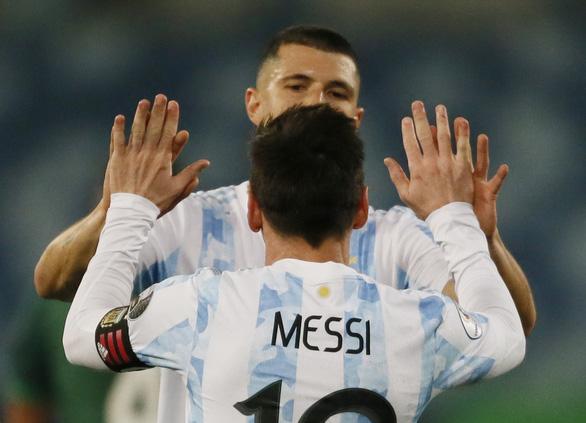 Messi tỏa sáng giúp Argentina xếp đầu bảng A, gặp Ecuador ở tứ kết Copa America - Ảnh 1.