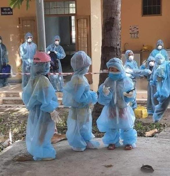 Phú Yên lên tiếng về hình ảnh những trẻ em mặc đồ bảo hộ đi cách ly tập trung - Ảnh 1.
