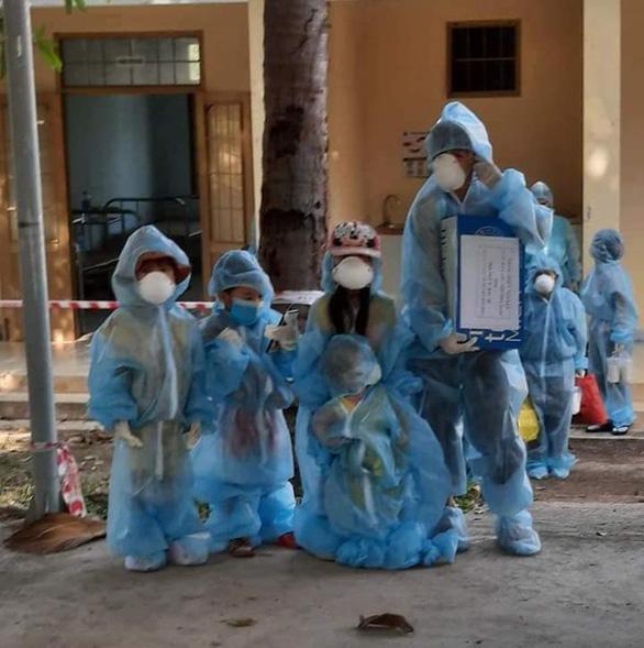 Phú Yên lên tiếng về hình ảnh những trẻ em mặc đồ bảo hộ đi cách ly tập trung - Ảnh 3.