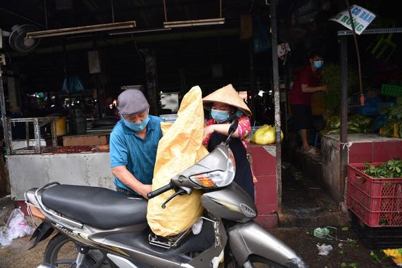 Phong tỏa một phần tại chợ Bà Chiểu do có F0 đến mua hàng - Ảnh 2.