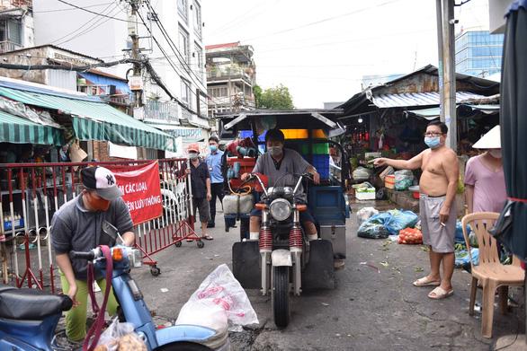 Phong tỏa một phần tại chợ Bà Chiểu do có F0 đến mua hàng - Ảnh 3.