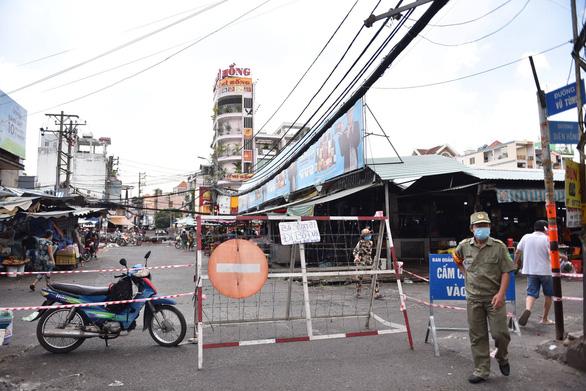 Phong tỏa một phần tại chợ Bà Chiểu do có F0 đến mua hàng - Ảnh 1.