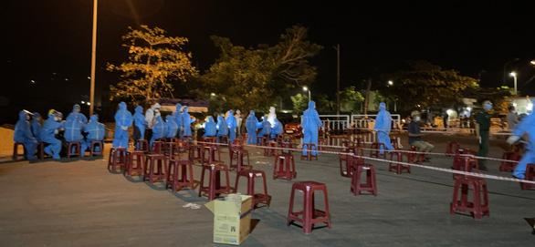 5 người mắc COVID-19 ở Quảng Ngãi từng tới cảng cá, Đà Nẵng cho xét nghiệm trong đêm - Ảnh 1.