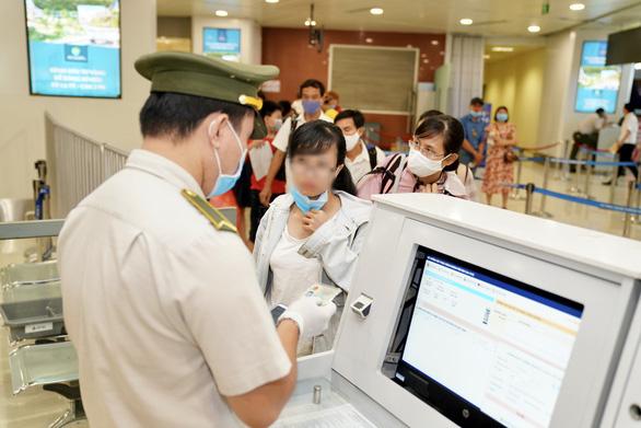 Tăng cường kiểm soát hành khách đi máy bay, tàu hỏa từ TP.HCM đến địa phương khác - Ảnh 1.