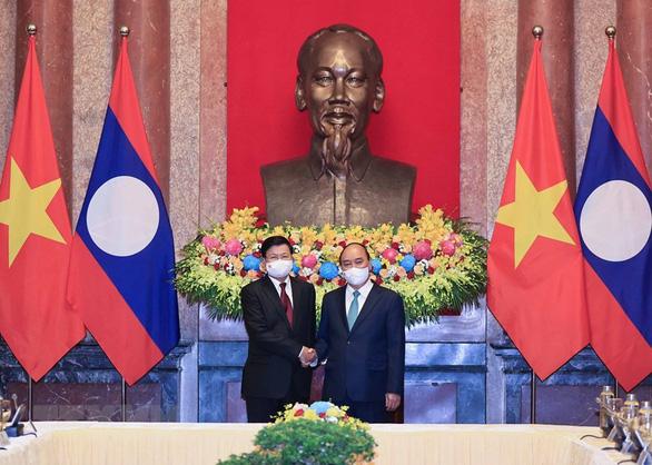 Chủ tịch nước Nguyễn Xuân Phúc hội kiến Tổng bí thư, Chủ tịch nước Lào Thongloun Sisoulith - Ảnh 1.