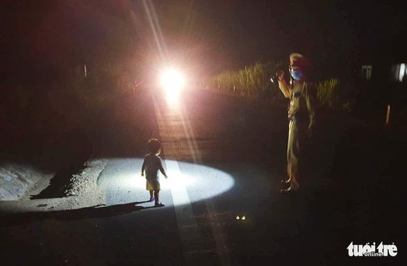 CSGT tìm gia đình bé gái 2 tuổi đi lạc giữa đêm trên quốc lộ - Ảnh 1.