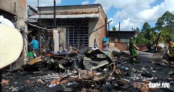 Đốt nhang cúng giữa trưa rồi ra khỏi nhà, bén lửa, thiêu rụi 4 căn nhà - Ảnh 2.
