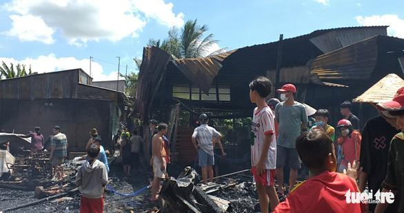 Đốt nhang cúng giữa trưa rồi ra khỏi nhà, bén lửa, thiêu rụi 4 căn nhà - Ảnh 1.