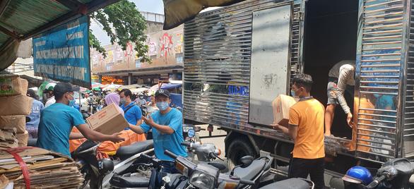 Giá rau, thịt... tăng và thực phẩm đang tấp nập đổ về đầy kho ở TP.HCM - Ảnh 2.