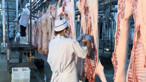 Giá rau, thịt... tăng và thực phẩm đang tấp nập đổ về đầy kho ở TP.HCM - Ảnh 4.