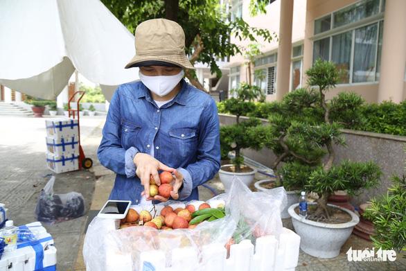 Người Đà Nẵng mua cả xe hơi vải thiều giúp nông dân Bắc Giang - Ảnh 2.