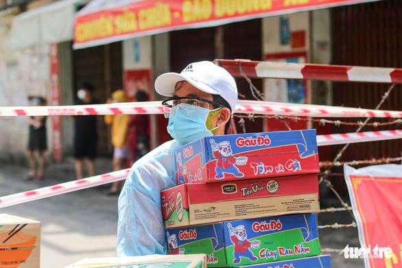 Ấm lòng cán bộ chiến sĩ phường 9, Gò Vấp đội nắng tiếp tế bà con khu cách ly - Ảnh 2.