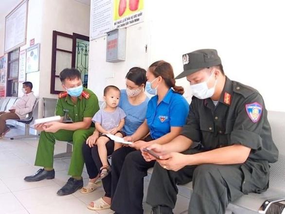 Bộ trưởng Bộ Y tế tặng bằng khen cho 2 cảnh sát hiến máu cứu trẻ giữa tâm dịch - Ảnh 1.