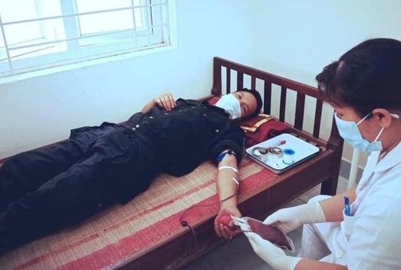 Bộ trưởng Bộ Y tế tặng bằng khen cho 2 cảnh sát hiến máu cứu trẻ giữa tâm dịch - Ảnh 2.
