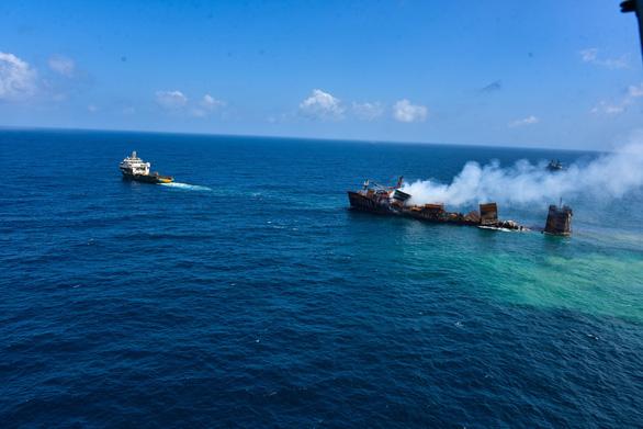 Tàu container cháy 2 tuần liền, đang chìm xuống biển ngoài khơi Sri Lanka - Ảnh 2.