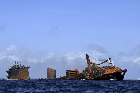 Tàu container cháy 2 tuần liền, đang chìm xuống biển ngoài khơi Sri Lanka - Ảnh 1.
