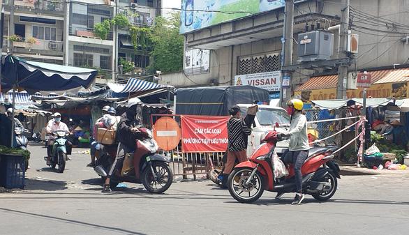 70 chợ truyền thống ở TP.HCM ngưng hoạt động, sẽ cho ngưng tiếp nếu thiếu an toàn - Ảnh 1.