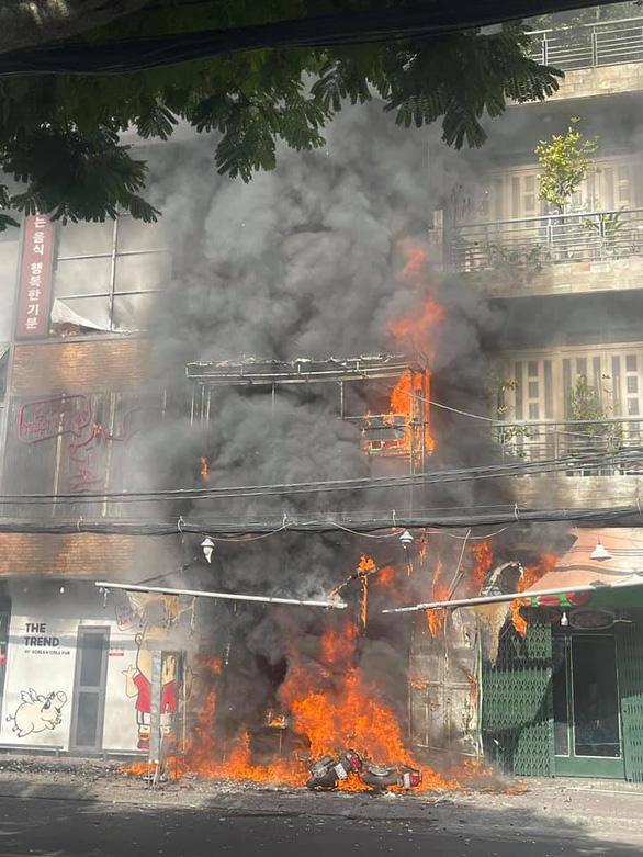 Căn nhà 2 tầng bùng cháy giữa ban ngày ở TP.HCM - Ảnh 1.