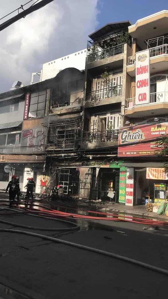 Căn nhà 2 tầng bùng cháy giữa ban ngày ở TP.HCM - Ảnh 4.
