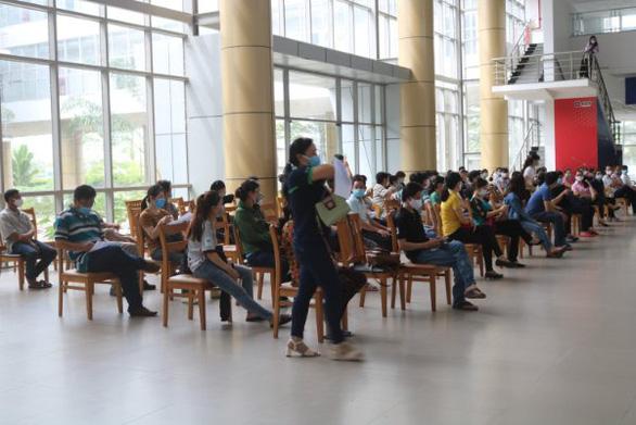 Cần Thơ tiêm vắc xin phòng COVID-19 cho 20.000 công nhân và giáo viên - Ảnh 1.