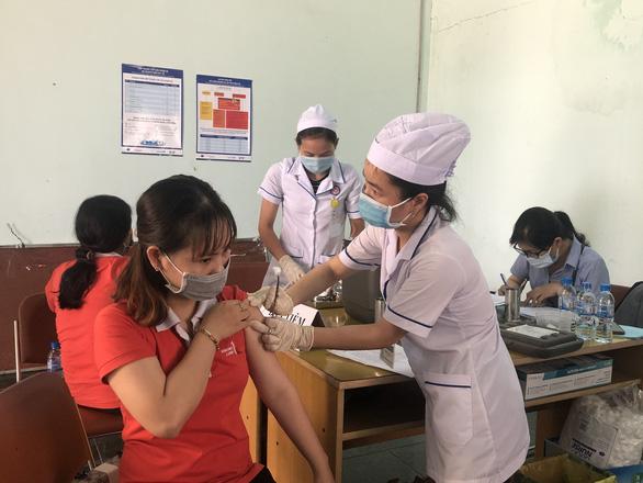 Cần Thơ tiêm vắc xin phòng COVID-19 cho 20.000 công nhân và giáo viên - Ảnh 2.