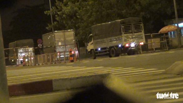 Bình Tân chấn chỉnh việc xe tải không phun khử khuẩn qua chốt phòng chống dịch - Ảnh 2.