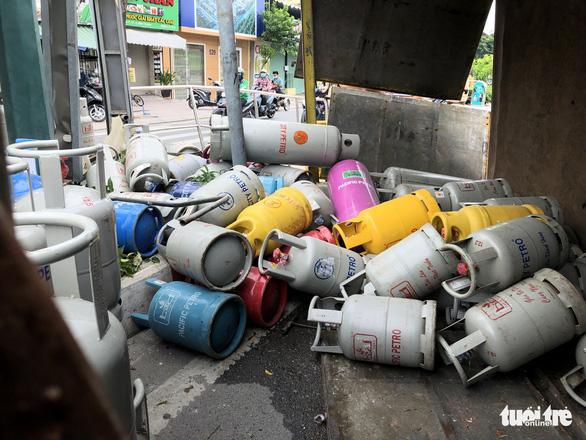 Lật xe chở gas, hàng chục bình gas văng xuống đường Phạm Văn Đồng - Ảnh 4.