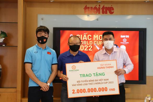 Tập đoàn Hưng Thịnh trao 2 tỉ đồng cho tuyển Việt Nam - Ảnh 1.