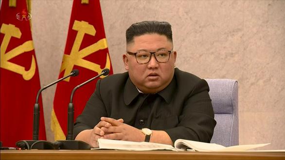 Ông Kim Jong Un trừng phạt các quan chức cấp cao vì chống COVID-19 kém - Ảnh 1.