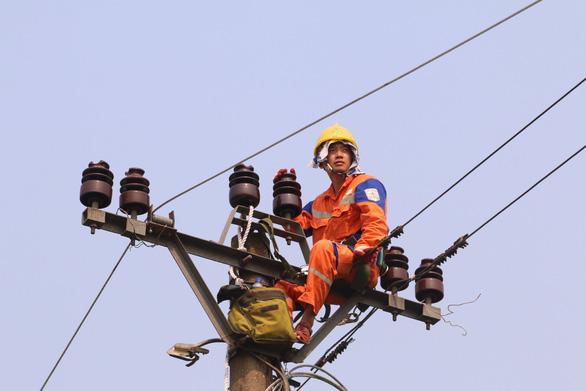 Mùa nắng nóng, EVNNPC tiết giảm điện dùng tại công sở - Ảnh 1.