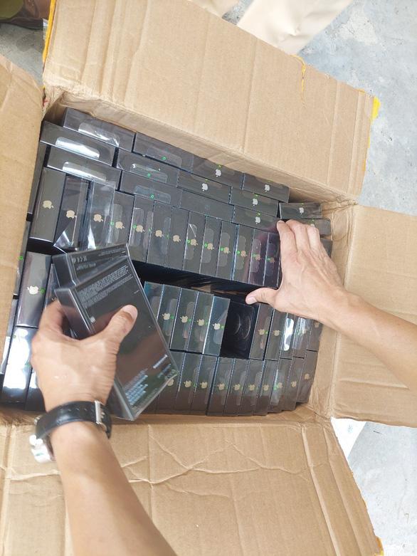 Điện thoại iPhone, Samsung xếp lớp trong thùng cactông như đồ chơi - Ảnh 2.