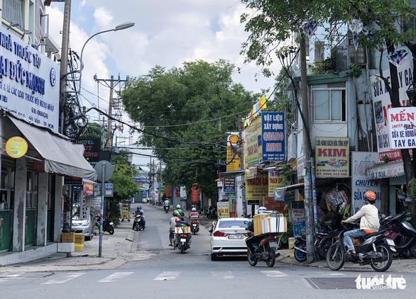 Nhiều người đi đường hẻm 'né' chốt kiểm soát cửa ngõ quận Gò Vấp - Ảnh 2.