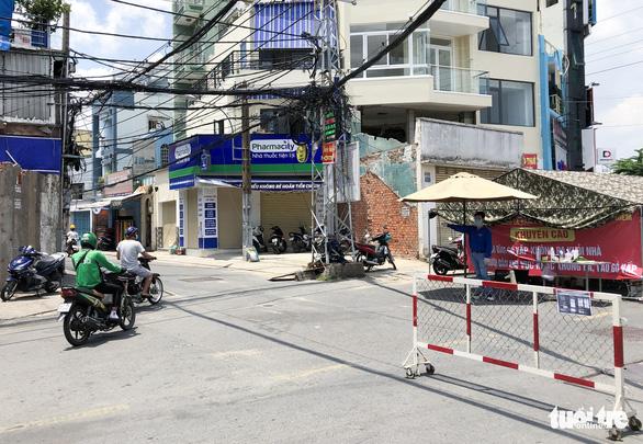 Nhiều người đi đường hẻm 'né' chốt kiểm soát cửa ngõ quận Gò Vấp - Ảnh 3.