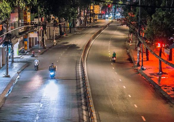 Sài Gòn đêm mùa dịch: Cuộc sống đảo lộn - Ảnh 3.