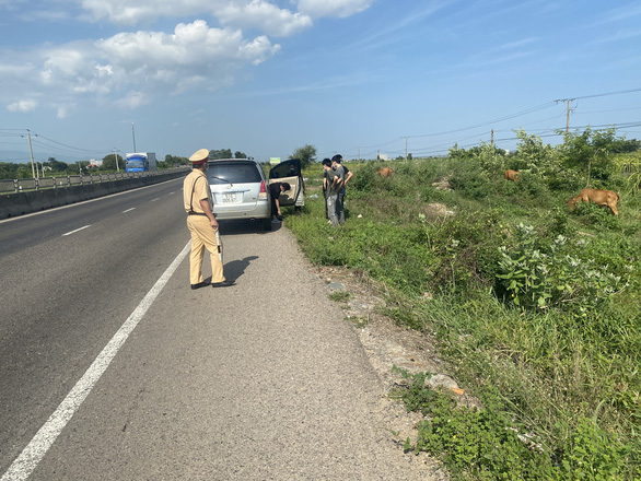 Công an hộ tống xe chở 6 người Trung Quốc trên quốc lộ 1 nghi nhập cảnh trái phép - Ảnh 1.
