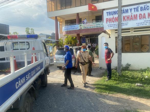 Công an hộ tống xe chở 6 người Trung Quốc trên quốc lộ 1 nghi nhập cảnh trái phép - Ảnh 2.