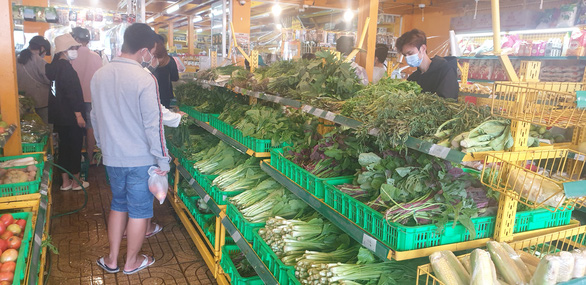 Lo ngại ngăn sông cấm chợ, nhiều loại rau hụt nguồn cung, giá tăng - Ảnh 1.