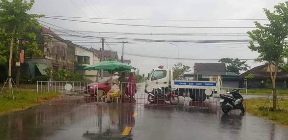 Lực lượng chức năng lập chốt tại trục đường ở phường Nguyễn Du, TP Hà Tĩnh để kiểm soát ngoài ra vào - Ảnh: LÊ MINH