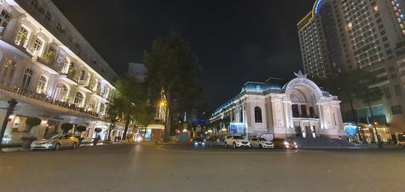 Thành phố đêm mùa dịch: Mong những đêm buồn nhanh qua - Ảnh 1.