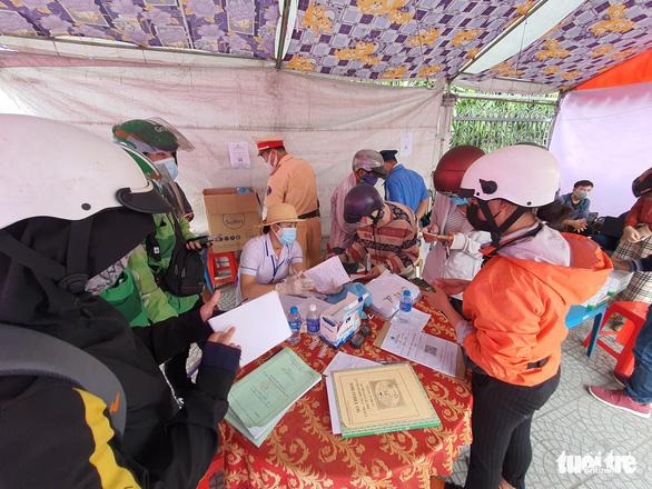 Người khai báo y tế ở chốt cầu Đồng Nai xong được gửi về địa phương liên hệ cách ly - Ảnh 4.