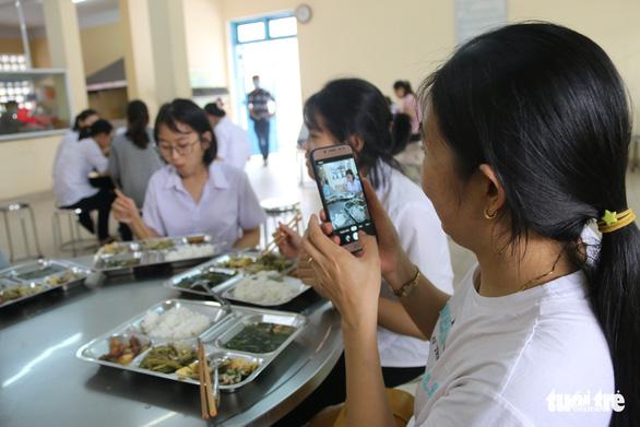 Thí sinh, phụ huynh được ăn ở miễn phí tại điểm thi vào lớp 10 đặc biệt ở Huế - Ảnh 5.