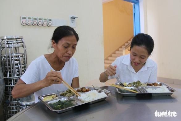 Thí sinh, phụ huynh được ăn ở miễn phí tại điểm thi vào lớp 10 đặc biệt ở Huế - Ảnh 6.