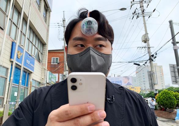 Phát minh con mắt Dương Tiễn vì mải cắm đầu vào smartphone - Ảnh 1.