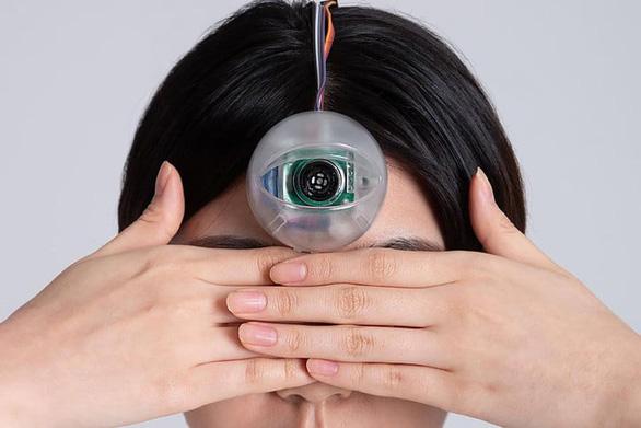 Phát minh con mắt Dương Tiễn vì mải cắm đầu vào smartphone - Ảnh 3.
