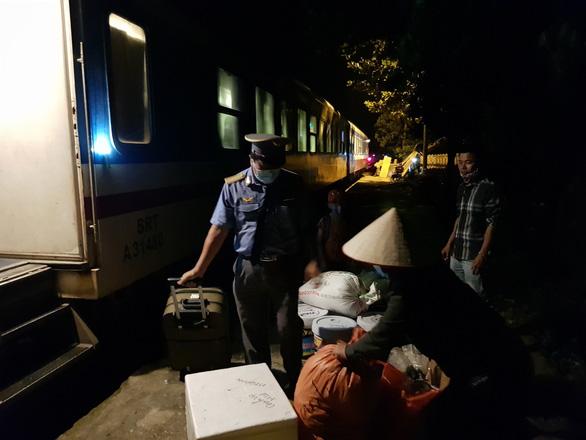 Di dời quả bom, dỡ phong tỏa đường sắt Bắc - Nam qua Quảng Bình - Ảnh 2.