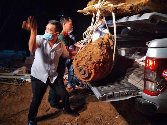 Di dời quả bom, dỡ phong tỏa đường sắt Bắc - Nam qua Quảng Bình - Ảnh 1.