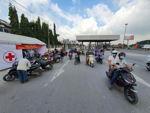Xe quá đông, chốt cầu Đồng Nai không kiểm soát hết 100% - Ảnh 2.